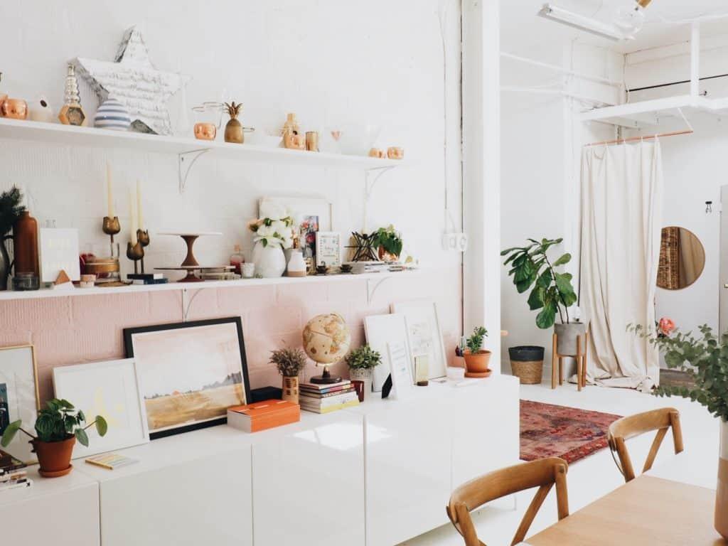 sala de estar con pared cargada de complementos y demás detalles decorativos