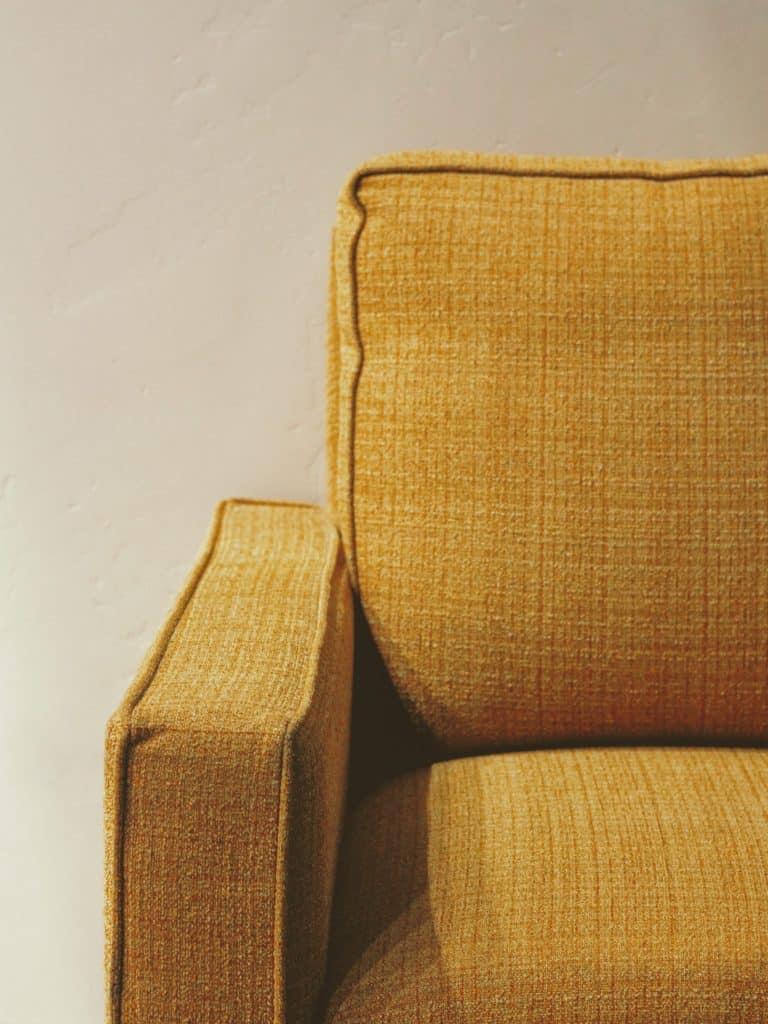 primer plano del tapizado de un sofá color mostaza