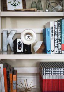 librería decorada con elementos personales